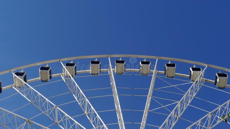 Wiel over de blauwe hemel royalty-vrije stock afbeeldingen