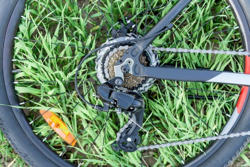 Wiel van een fiets op het gras royalty-vrije stock afbeelding