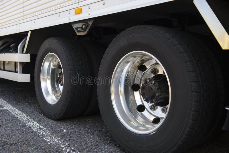 Wiel van grote vrachtwagen stock fotografie