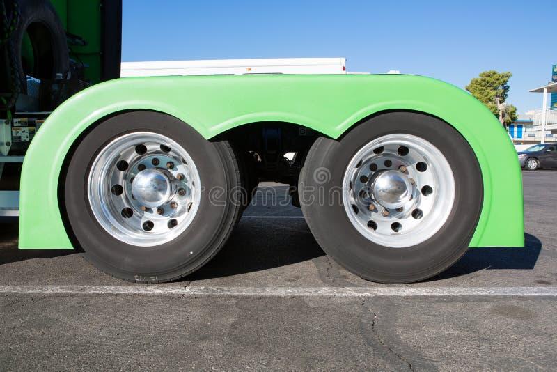 Wiel van grote vrachtwagen en aanhangwagens stock fotografie