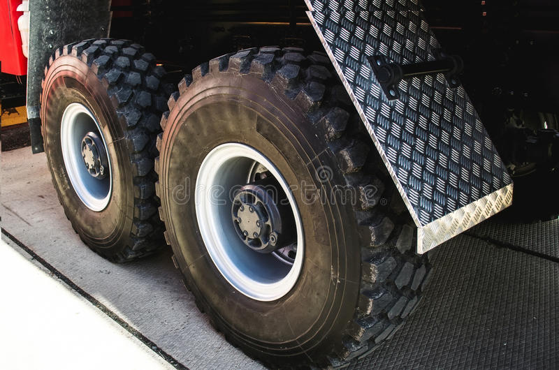 Wiel van grote vrachtwagen en aanhangwagens royalty-vrije stock afbeelding