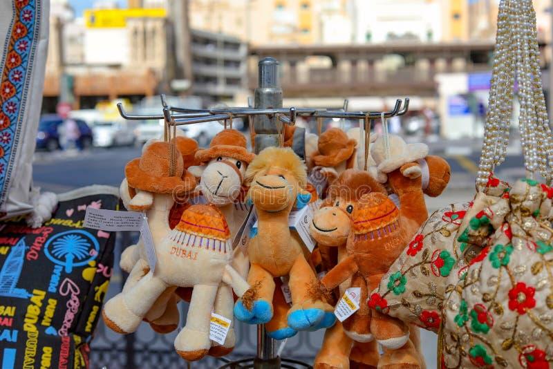 Wielbłądzie miękkie zabawki w ulica sklepie obraz stock