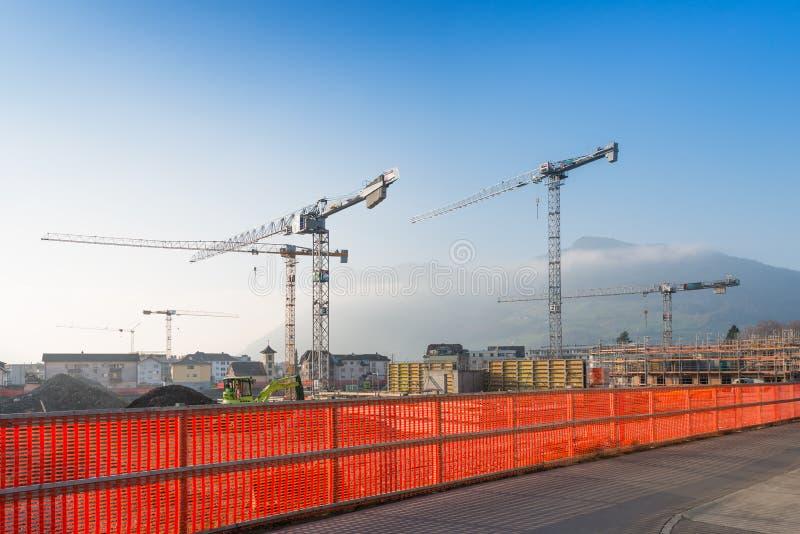 Wielcy żurawie i budowa budynek fotografia royalty free