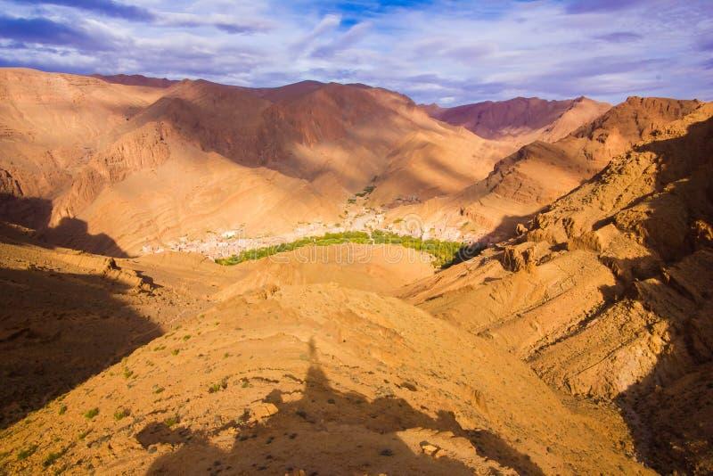 Wielcy afrykańscy skaliści skłonu Todgha wąwozu jaru krajobrazy przy wysokością zdjęcie royalty free