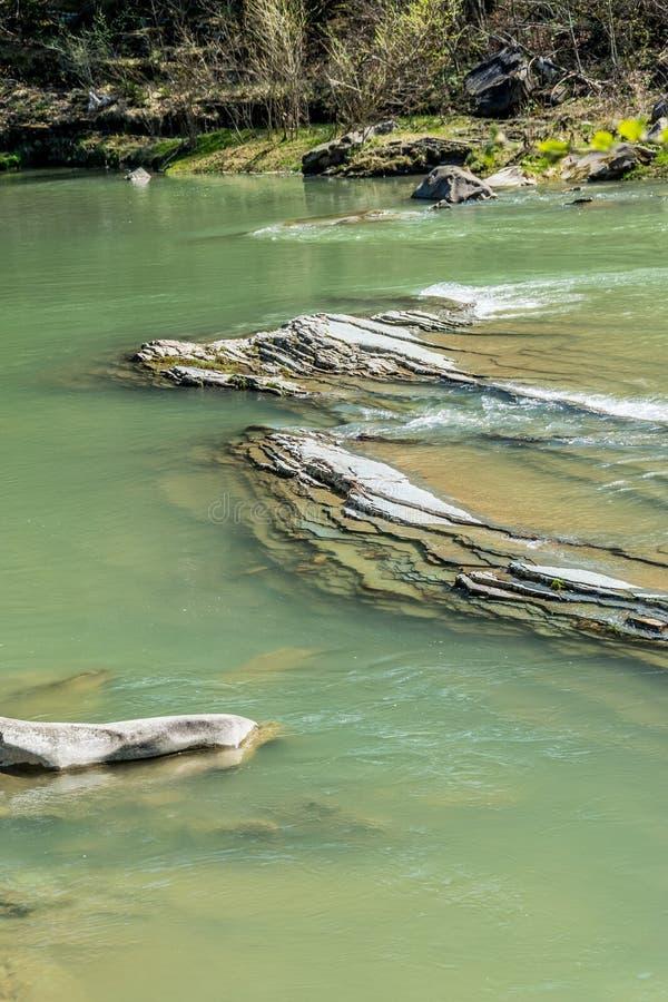 Wielcy agrillite kamienie w halnej rzece zdjęcia stock