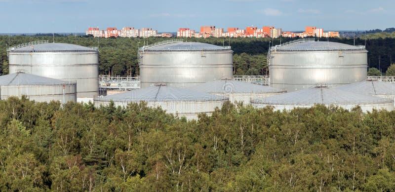Wielcy biali Przemysłowi zbiorniki dla benzyny i oleju Ropy naftowej i produktych obróbkich ropych naftowejów chwilowy magazyn i  obraz royalty free
