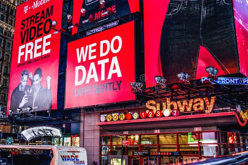 Wielcy billboardy nad times square †'42nd Stree stacja metru obrazy royalty free