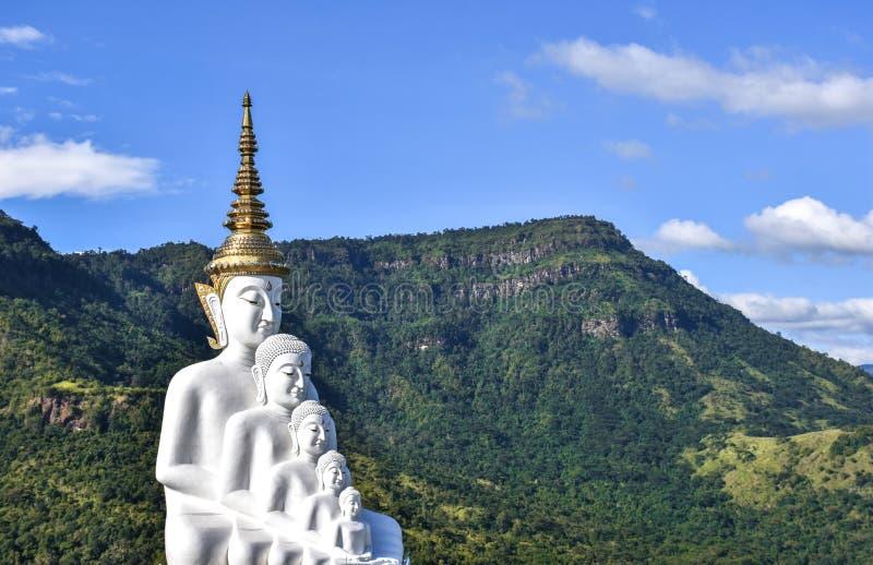 Wielcy buddhists w thai&blue niebie, świątynia przy Phetchabun Tajlandia obrazy royalty free
