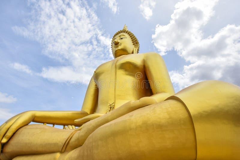 Wielcy buddhists w thai&blue sky_ Angtong Wat Muang zdjęcie stock