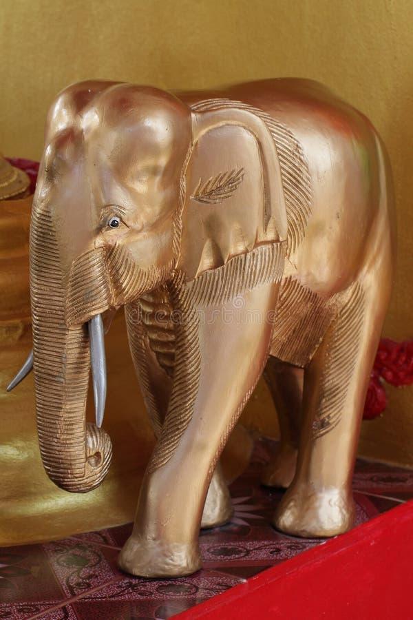 Wielcy drewniani słonie dekorują z złotem, rzeźbiącym w drewnie, najwięcej atrakcyjnej pamiątki dla turystyki od obraz royalty free