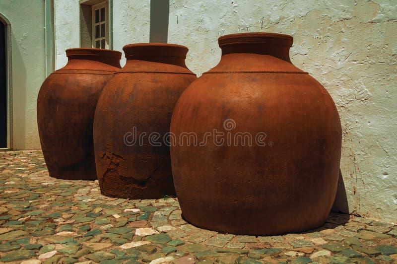 Wielcy earthenware naczynia nad podłogą zdjęcie royalty free