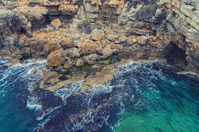 Wielcy głazy i skała na plaży fotografia stock
