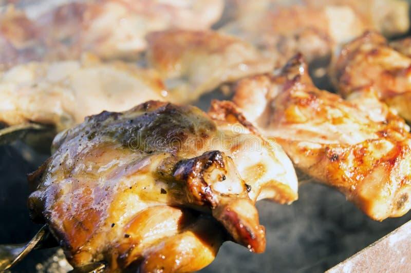 Wielcy kawałki gotujący kurczaka mięso na grillu fotografia stock