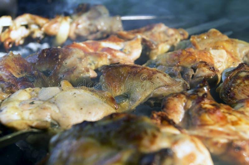 Wielcy kawałki kurczaka mięso w dymu na gril obraz royalty free
