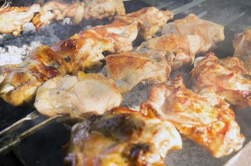 Wielcy kawałki soczysty kurczaka mięso na grillu fotografia royalty free