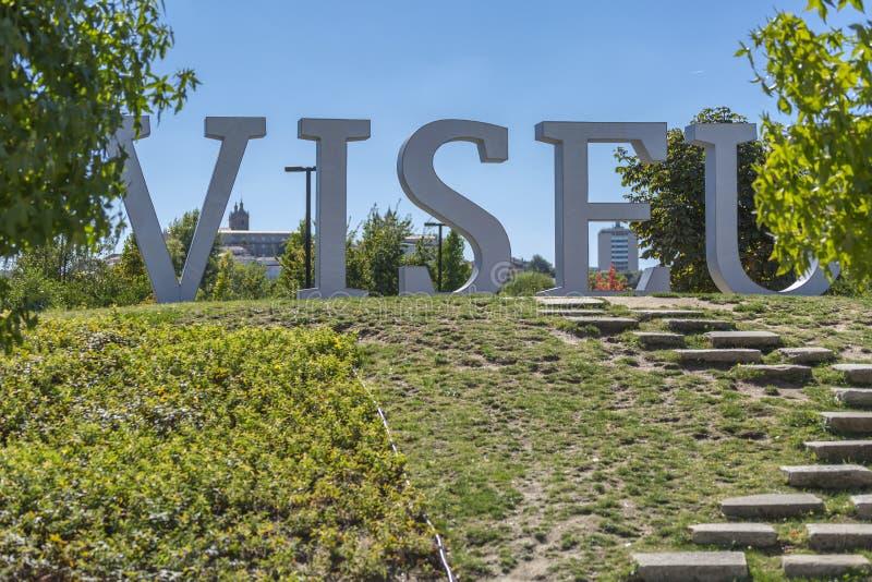 Wielcy kruszcowi listy z imieniem miasto Viseu, lokalizować w miastowym parku Viseu, tło z dziejowym centrum obraz royalty free