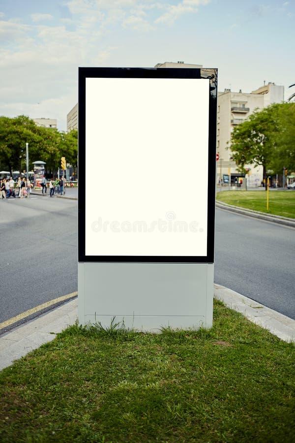 Wielcy plenerowi billboardów stojaki przy ruchliwie skrzyżowaniem zdjęcia stock