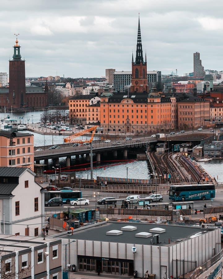 Wielcy robot budowlany przy Slussen przy stacją metrą i mosty Riddarholmen zdjęcia stock