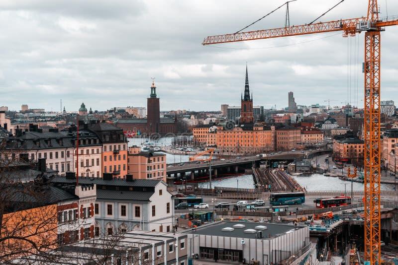 Wielcy robot budowlany przy Slussen przy stacją metrą i mosty Riddarholmen fotografia royalty free