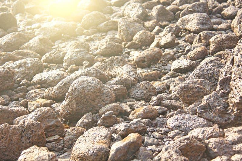 Wielcy round kamieni głazy kłamają na plaży na morzu, agains zdjęcie royalty free