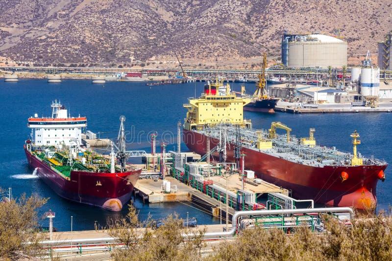 Wielcy tankowowie rozładowywa ropę naftową zdjęcia stock