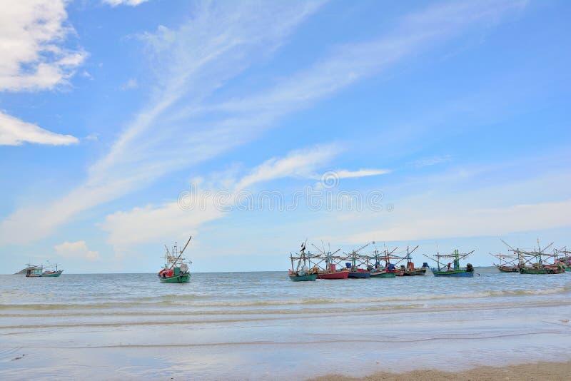 Wiele łodzi rybackich pławik na morzu zdjęcie stock