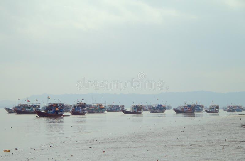 Wiele łodzie rybackie w przedmieściu Mumbai zdjęcie stock