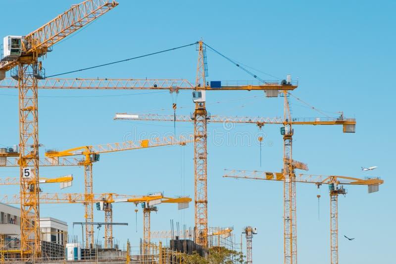 Wiele żurawie na placu budowy - budowa żurawie na niebieskim niebie obraz royalty free