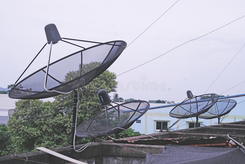 Wiele antena satelitarna systemy na dachu budynek fotografia stock