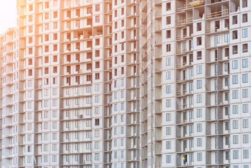 Wiele balkony w mieszkaniowy kondygnacji budować w budowie i okno zdjęcie stock