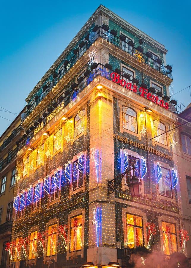 Wiele bożonarodzeniowe światła dekoracje w budynku, Baixa Chiado, Lisbon, Portugalia zdjęcia stock