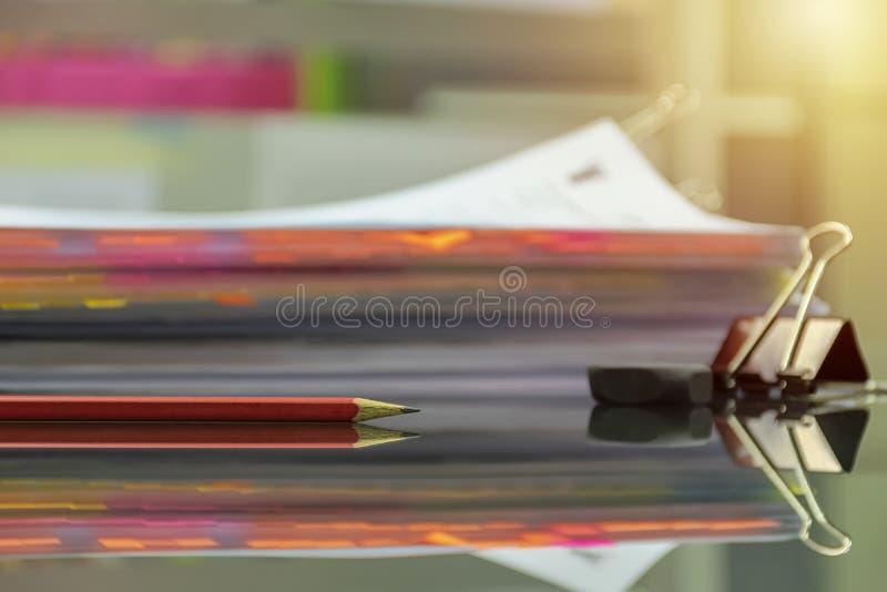 Wiele dokumenty umieszczają na biurku obraz stock