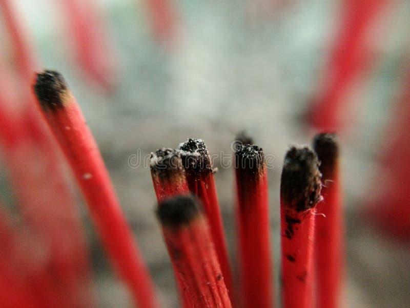 Wiele drewniany czerwieni kadzidło już palił, makro- zdjęcia stock
