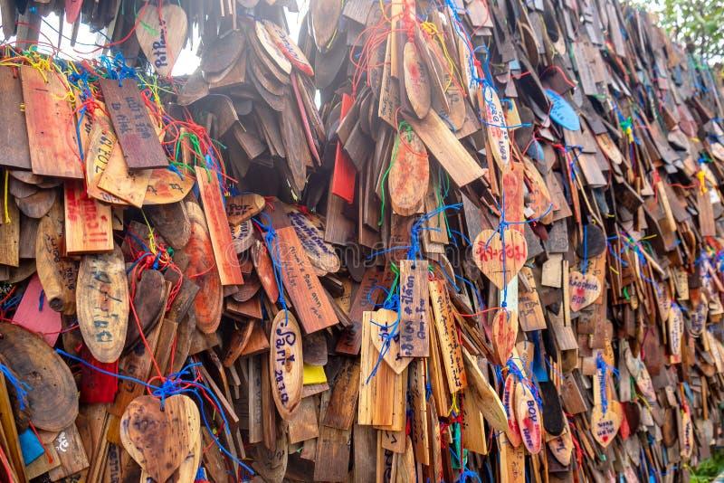 2019-07-30 Wiele drewnianych znaczków od turysty w Piloku Karnchanaburi, Tajlandia zdjęcie stock