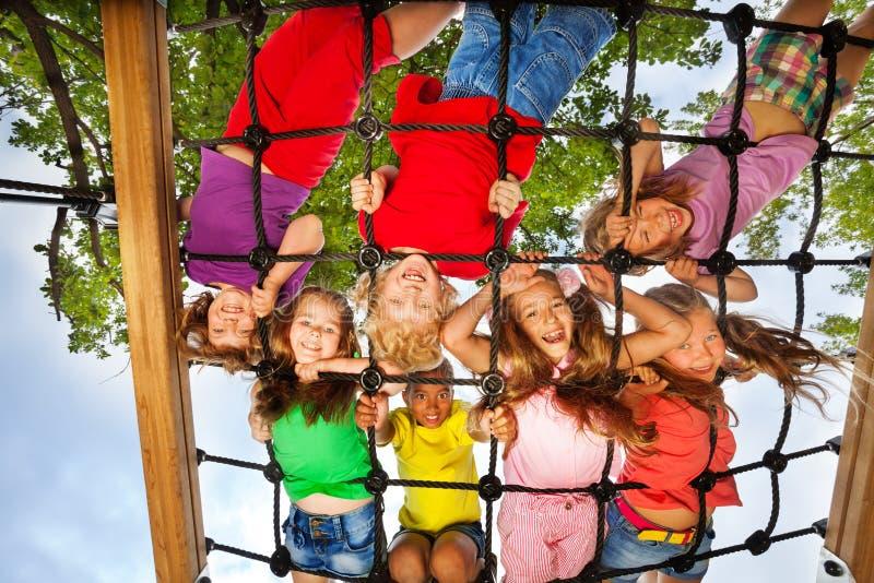 Wiele dzieciaka spojrzenia though gridlines boisko zdjęcia royalty free