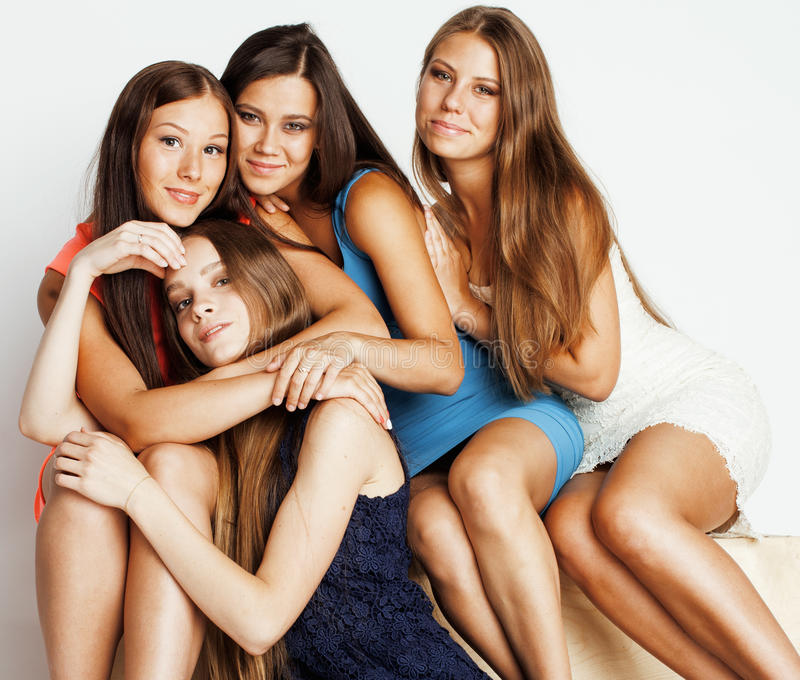 Wiele dziewczyny ściska świętowanie na białym tle, uśmiechnięty opowiada gadki zakończenie up fotografia stock