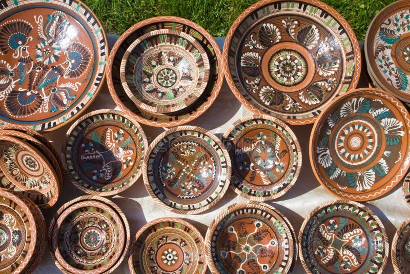 Wiele handmade, handpainted ceramiczni glina talerze z wzorem i zdjęcie royalty free