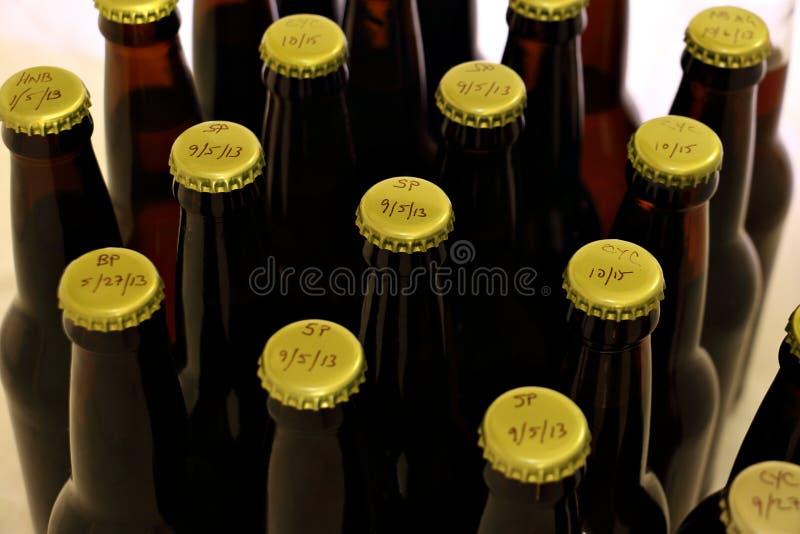 Wiele Homebrews w bursztyn butelkach od wierzchołka zdjęcia royalty free