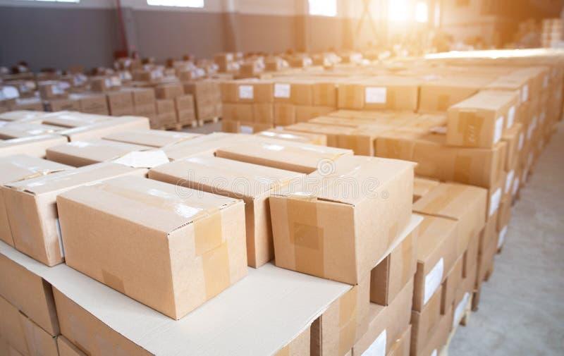 Wiele kartonowych pudeł w magazynie Zatrzymanie przemycanych towarów na urzędzie celnym Koncepcja nielegalnego przekraczania papi fotografia royalty free