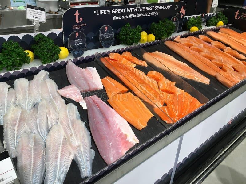 Wiele kawałki surowa łososia i tuńczyka ryba dla bubla w supermarkecie Tajlandia Bangkok, Grudzień 22, 2018 zdjęcia stock