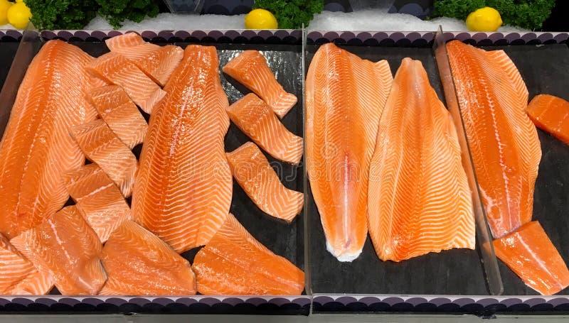 Wiele kawałki surowy łosoś łowią dla bubla w supermarkecie zdjęcia royalty free