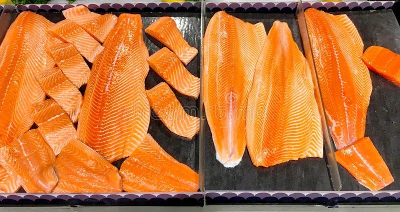 Wiele kawałki surowy łosoś łowią dla bubla w supermarkecie obrazy royalty free