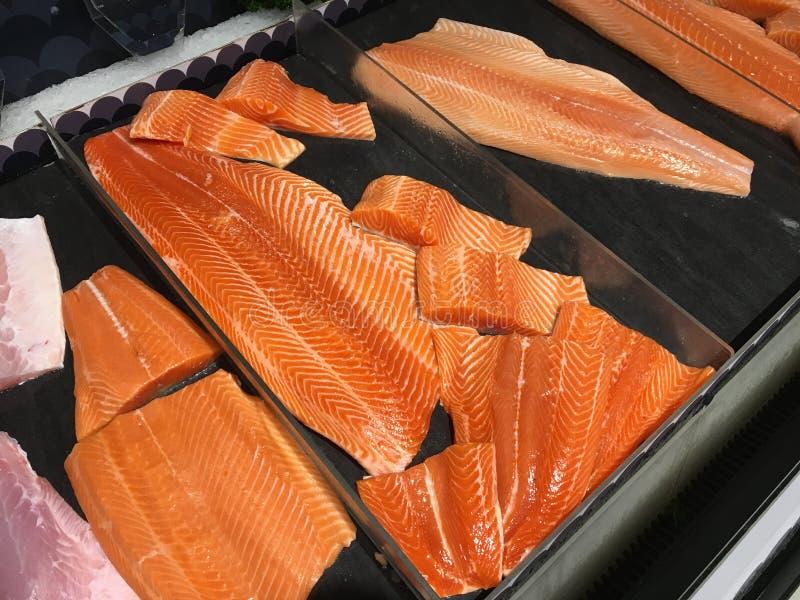 Wiele kawałki surowy łosoś łowią dla bubla w supermarkecie obrazy stock
