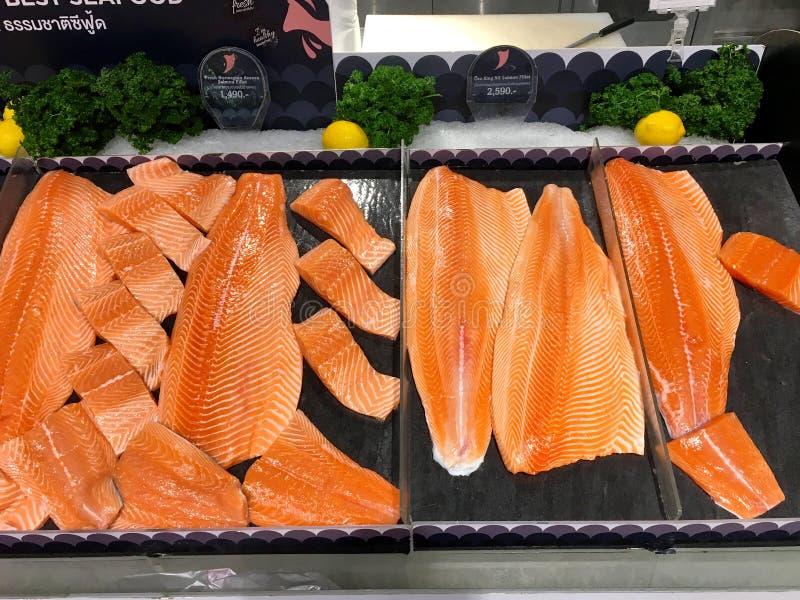 Wiele kawałki surowy łosoś łowią dla bubla w supermarkecie Tajlandia Bangkok, Grudzień 22, 2018 obraz stock