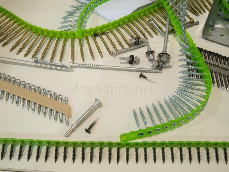 Wiele klamerka pasków typy różne śruby, dowels i gwoździe, wszystko dla automatycznego wyposażenie pracownika instrumentu narzędz zdjęcia stock