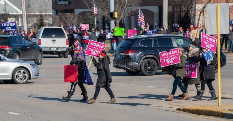 Wiele kobiet wyraża poparcie dla prezydenta Donalda Trumpa i nastrojów przeciwko impeachmentowi obraz stock