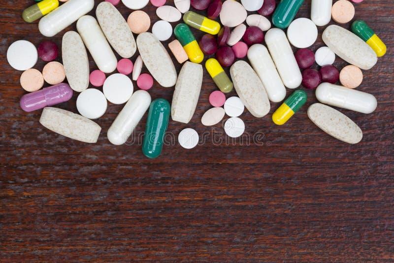 Wiele kolorowe medycyny na drewno stole zdjęcie royalty free