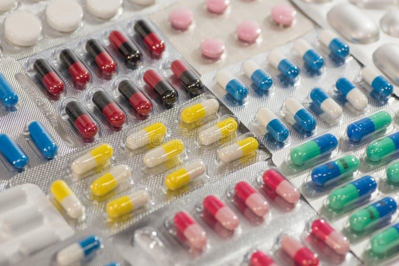 Wiele kolorowe pigułki, pastylki, leki i farmaceutyczna substancja, fotografia royalty free