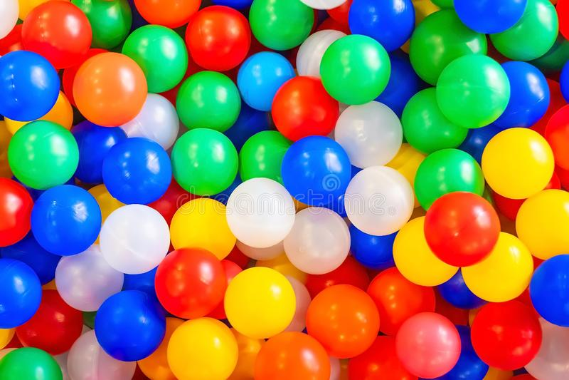 Wiele kolorowe plastikowe piłki Tło struktura zdjęcia royalty free