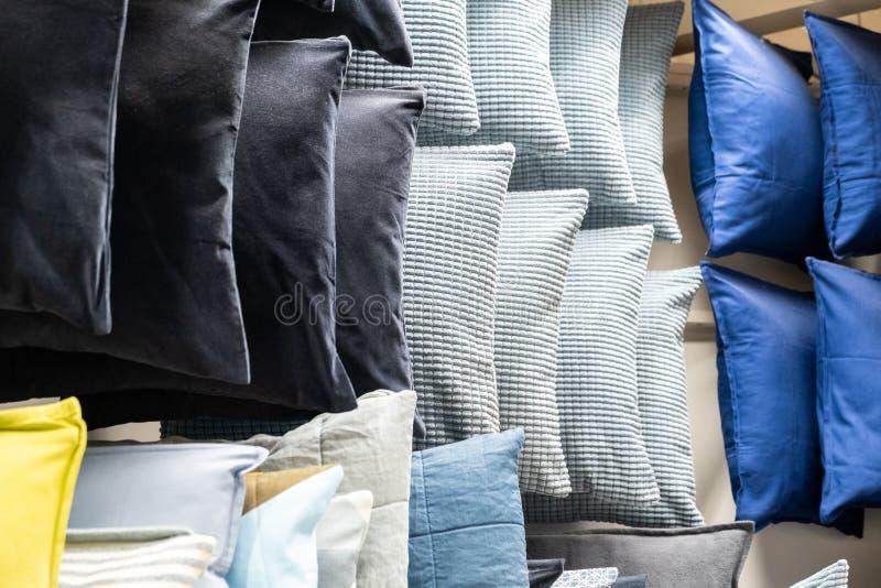 Wiele kolorowe poduszki na p??kach zdjęcia stock